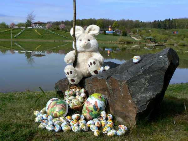 Osterhase am See