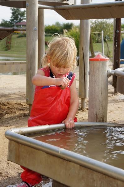 ein Kind spielt mit Wasser