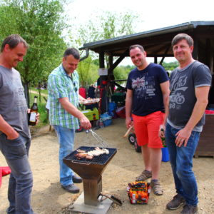 Männerrunde am Grill