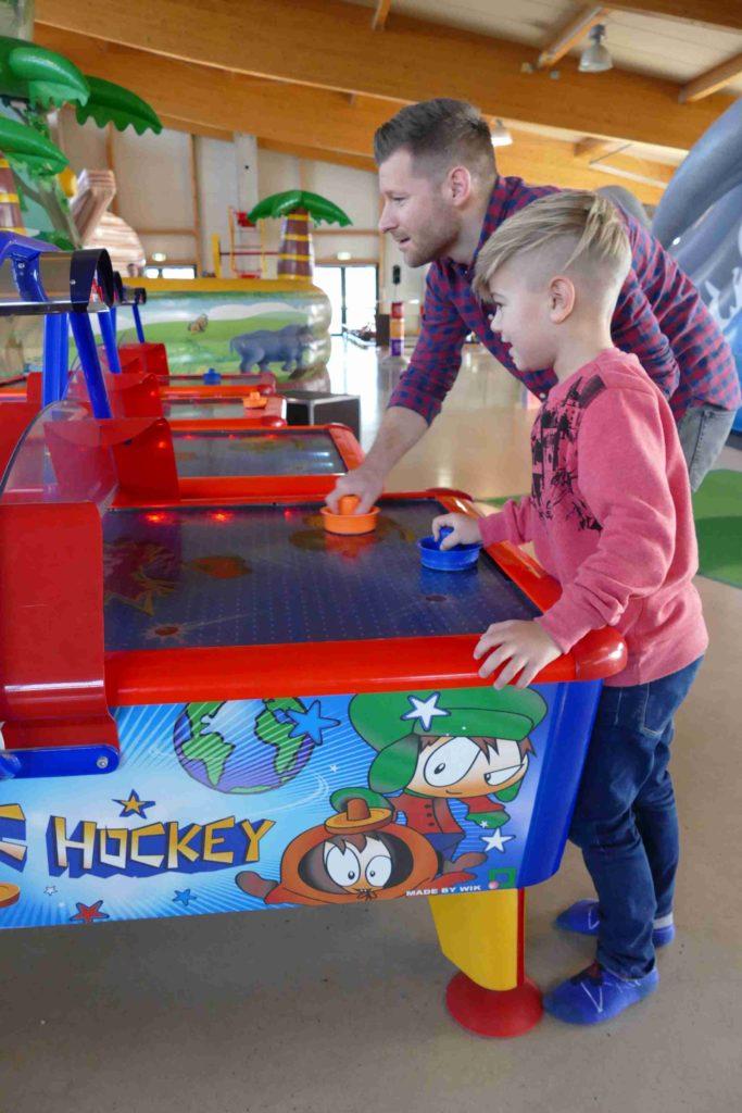 Kind spielt Airhockey im Sonnenlandpark