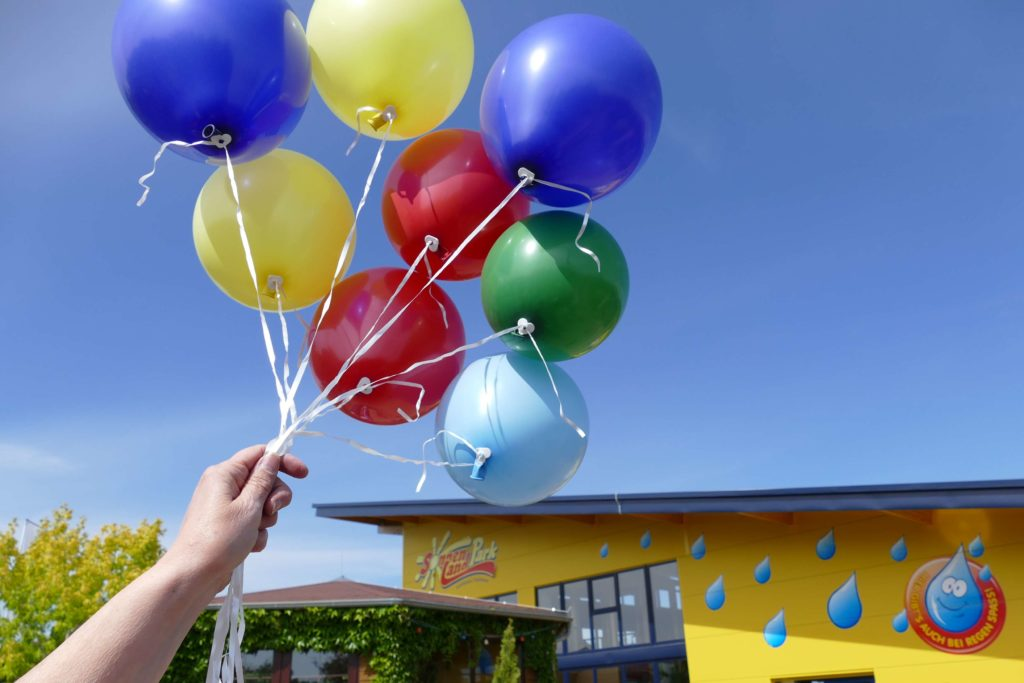 Luftballons an der Hand