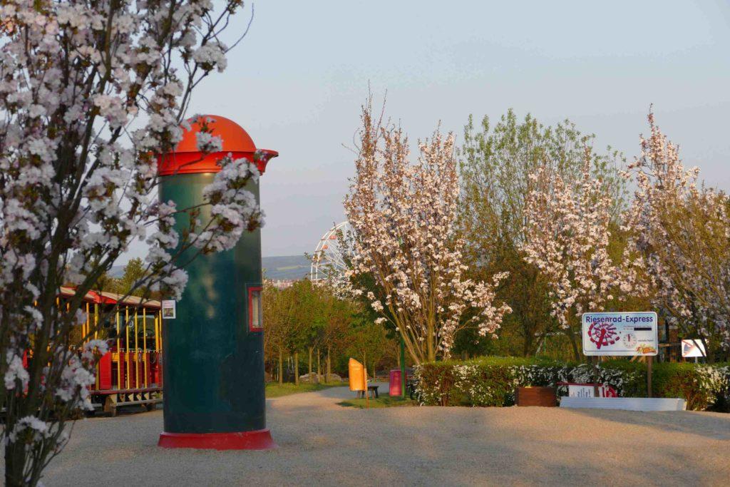 Litfaßsäule im Frühling im Sonnenlandpark
