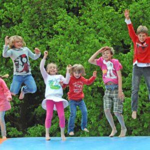 Kinder hüpfen auf Hüpfkissen im Sonnenlandpark