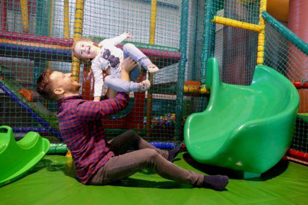 Vater spielt mit Baby im Sonnenlandpark