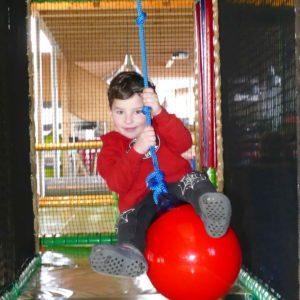 Junge auf Seilbahn im Sonnenlandpark