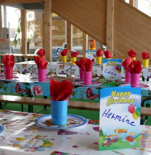 gedeckte Tische für einen Kindergeburtstag im Sonnenlandpark