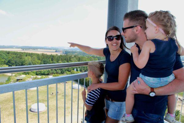 Familie auf Ausblicksplattform mit Blick zum Riesenrad im Sonnenlandpark