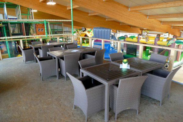 Balkon mit Stühlen und Tischen für die Gastronomie im Sonnenlandpark