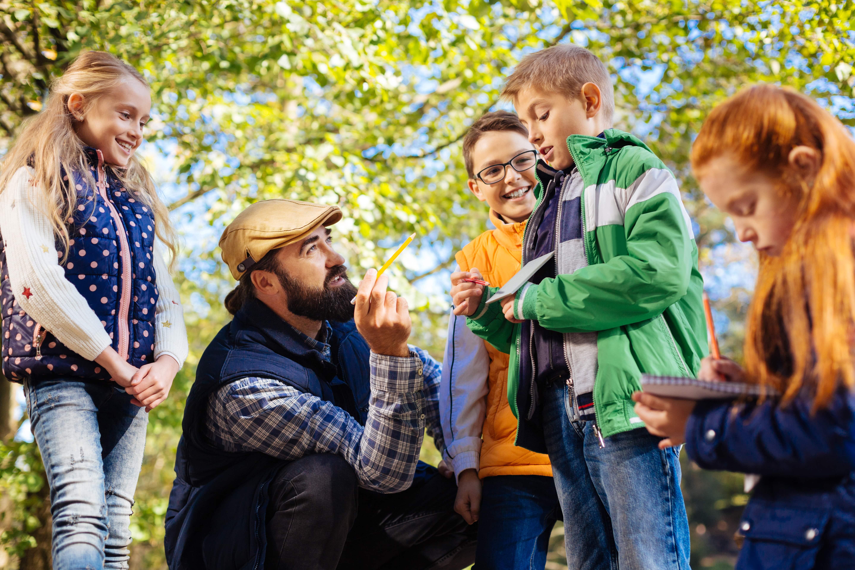 Jäger erklärt Kinder im Wald alles zur Jagd