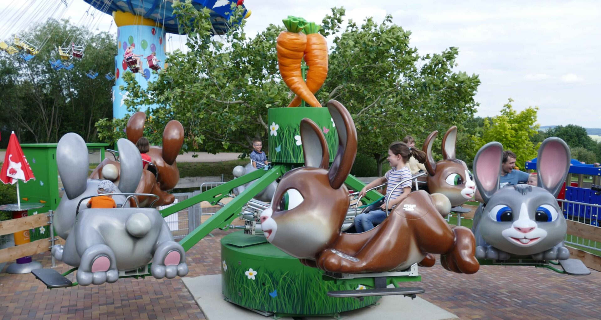 Karussell Hasenhüpfer mit Kindern im Sonnenlandpark