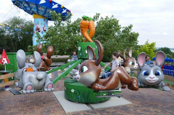 Kinder fahren im Karussell Hasenhüpfer im Sonnenlandpark